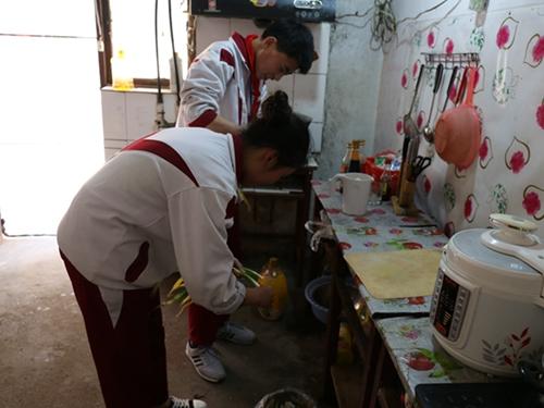 """精准帮扶 阳光成长——紫庄中学志愿者与留守儿童""""手拉手""""结对帮扶"""